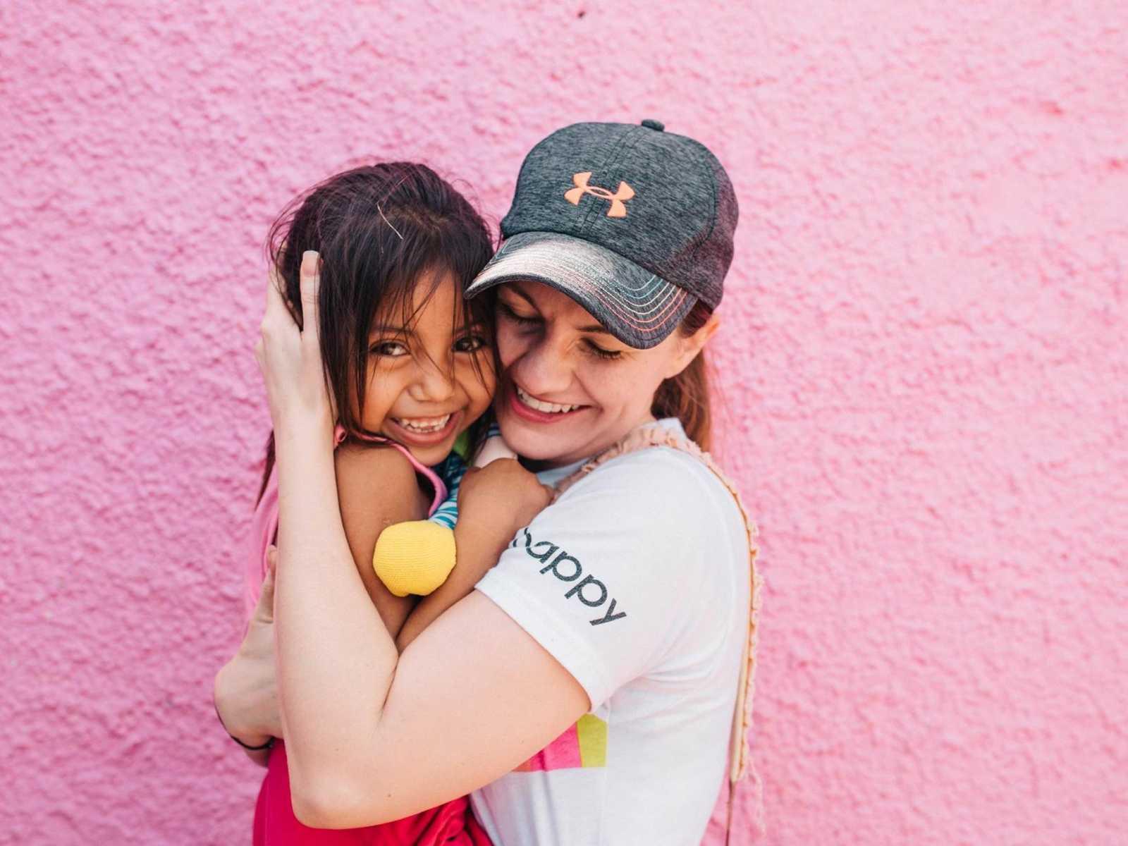 Mulher viaja para conhecer orfanato e se apaixona por menina