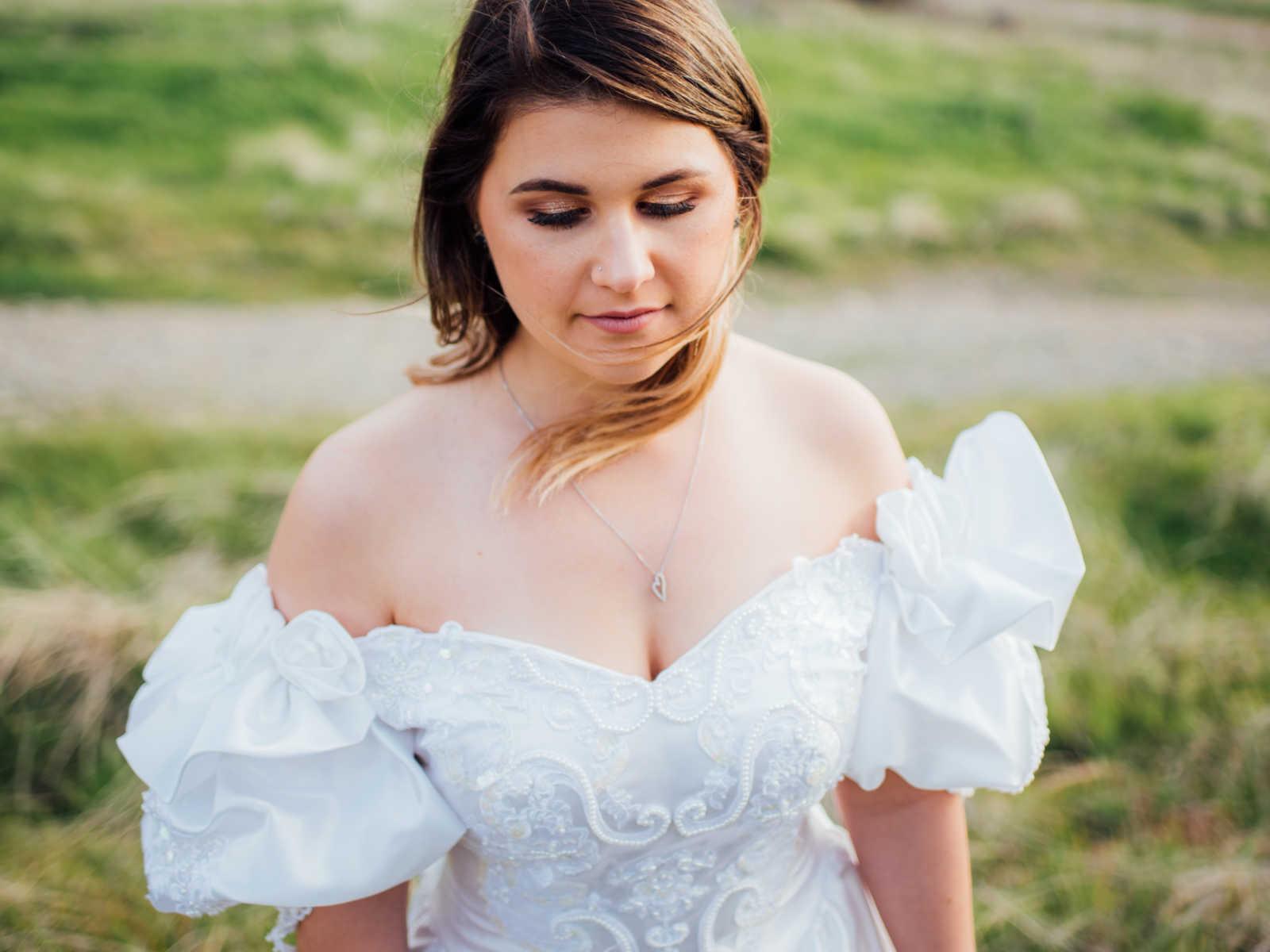 Moça usa vestido de noiva para homenagear a mãe